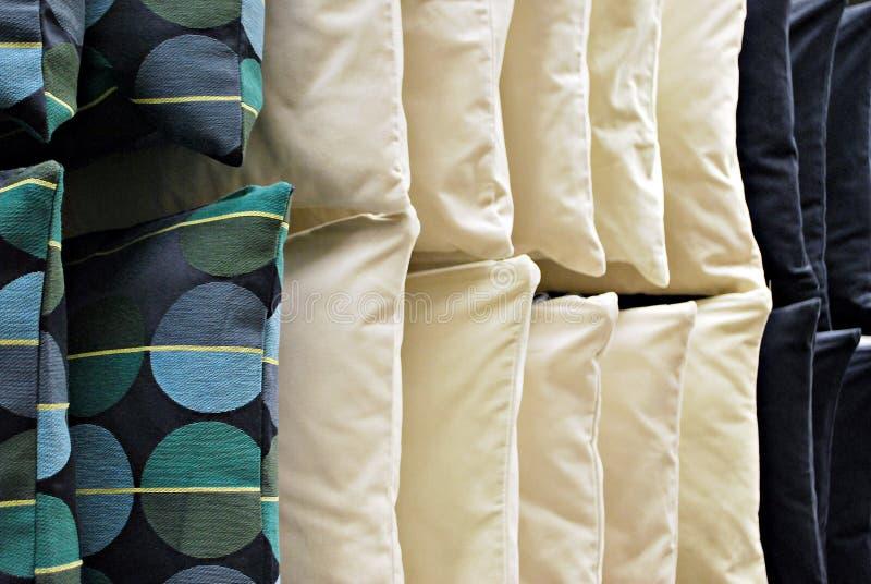 Rad av färgrika kuddar som hänger på väggen royaltyfri fotografi