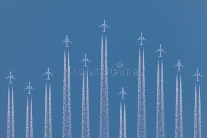 Rad av flygplan som by flyger arkivbild