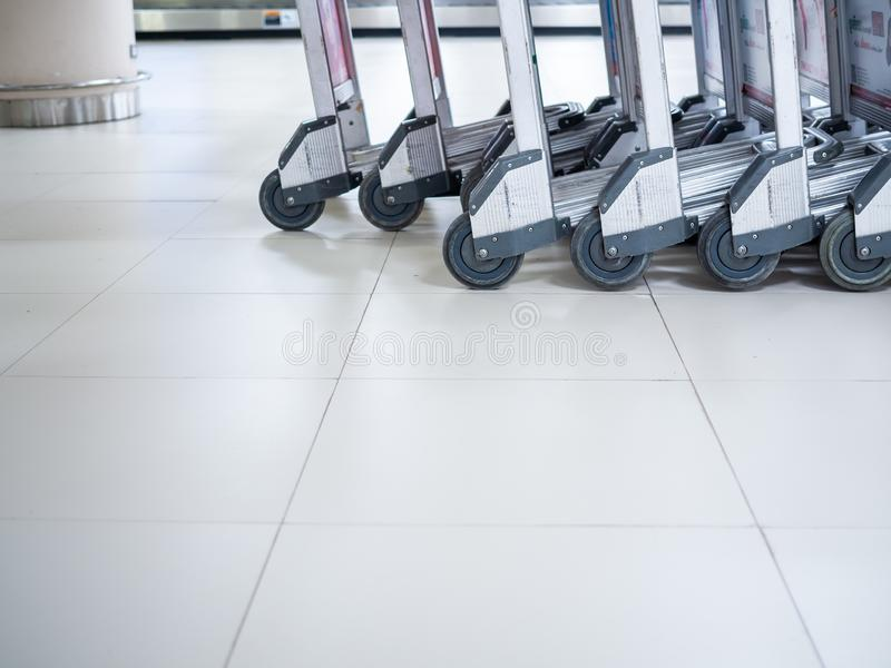 Rad av flygplatsbagagevagnar i flygplatsterminal royaltyfri fotografi