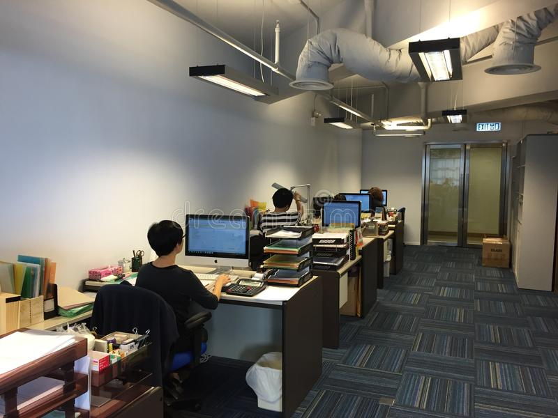 Rad av folk som arbetar på datorer royaltyfri fotografi