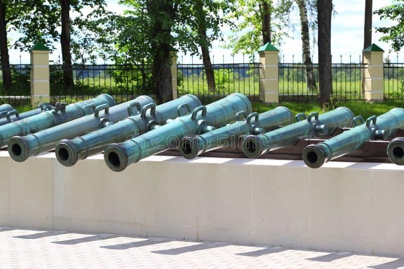 Download Rad av gamla kanoner fotografering för bildbyråer. Bild av museum - 76702907