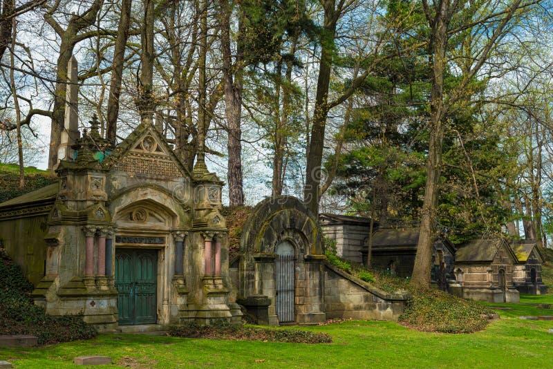 Rad av gamla kyrkogårdmausoleer arkivbilder