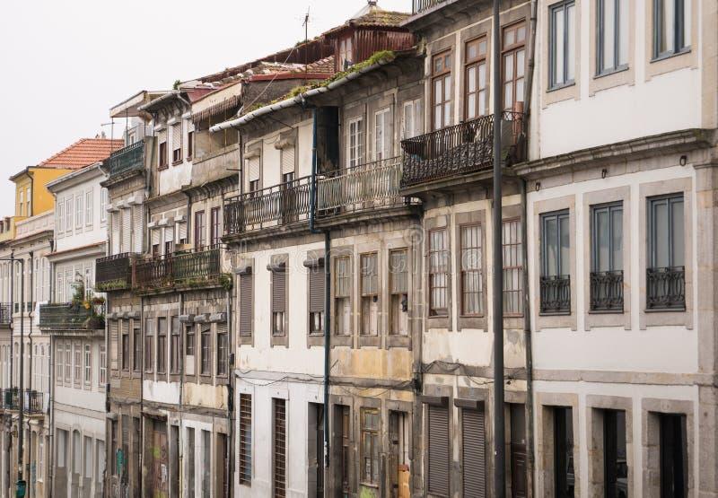 Rad av gamla traditionella portugisiska arkitekturhus i Porto royaltyfri bild