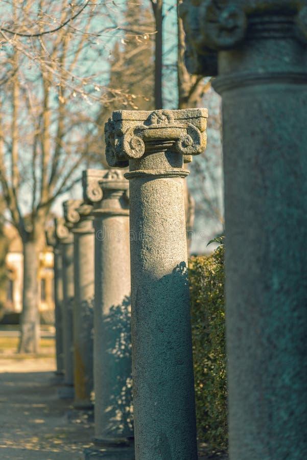Rad av granitkolonner royaltyfri fotografi
