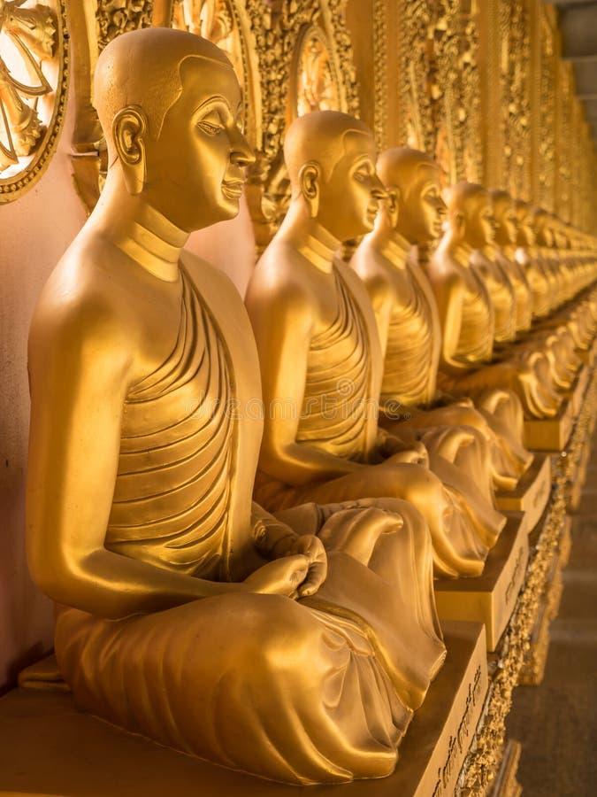 Rad av guld- Buddhastatyer, Thailand arkivbild