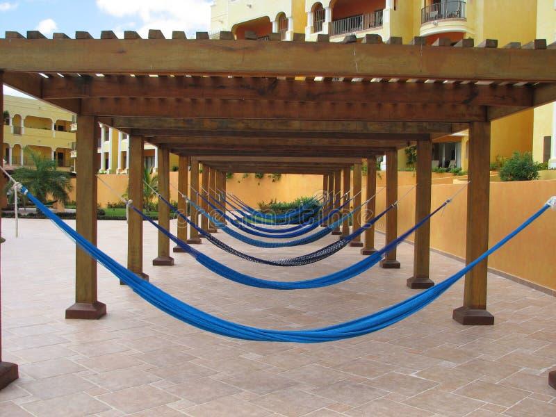 Rad av hängmattor på en semesterort royaltyfria foton