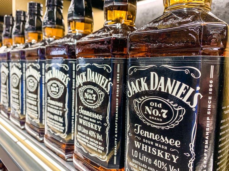 Rad av Jack Daniels Whiskey flaskor på en lagerhylla, selektiv fokus Istanbul Turkiet - April 2019 royaltyfri foto