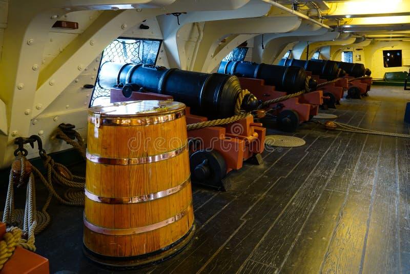 Rad av kanoner och kruttrumman arkivbilder