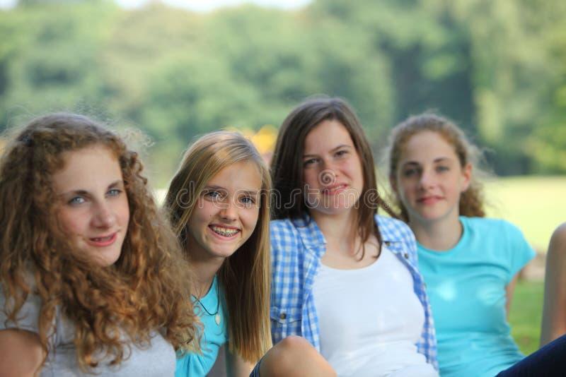 Rad av lyckliga tonårs- flickor arkivbilder