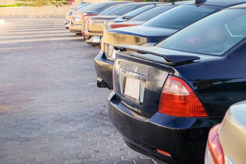 Rad av parkerade bilar på stadsgatan royaltyfria bilder