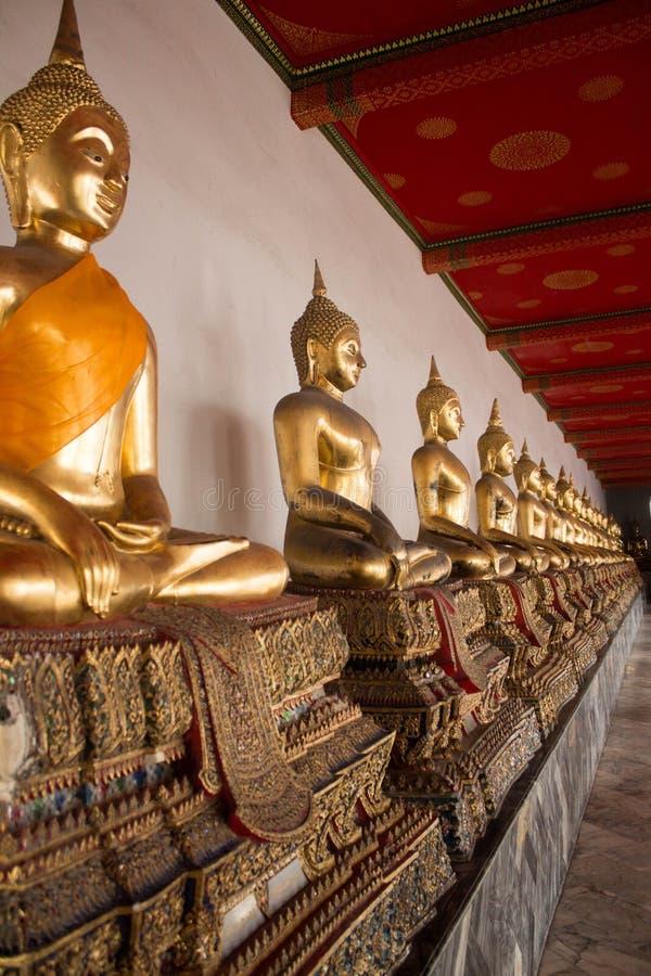 Rad av placerade Buddha på templet av Wat Arun i Bangkok royaltyfria foton