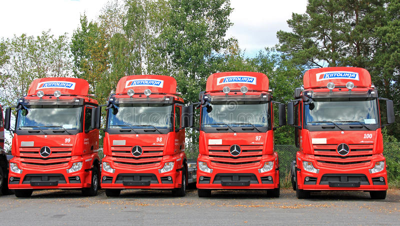 Rad av röda Mercedes-Benz Actros Trucks royaltyfri fotografi