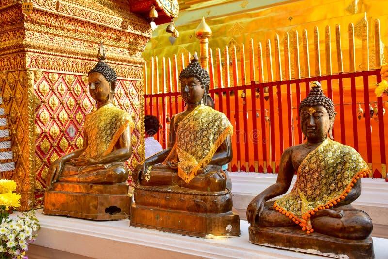 Rad av sakrala Buddhastatyer på Wat Phra That Doi Suthep arkivfoton