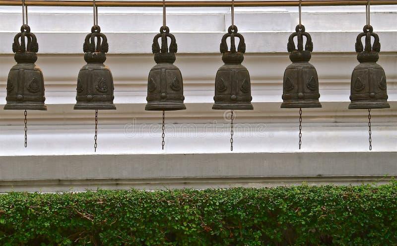 Rad av sex tempelklockor royaltyfria bilder