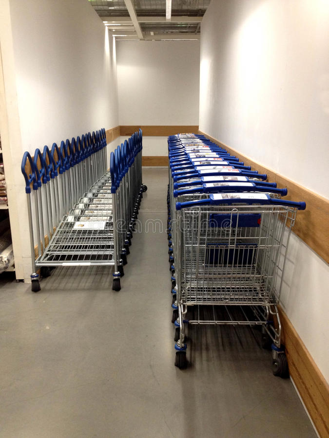 Rad av shoppingvagnen i shoppinggalleria arkivfoton