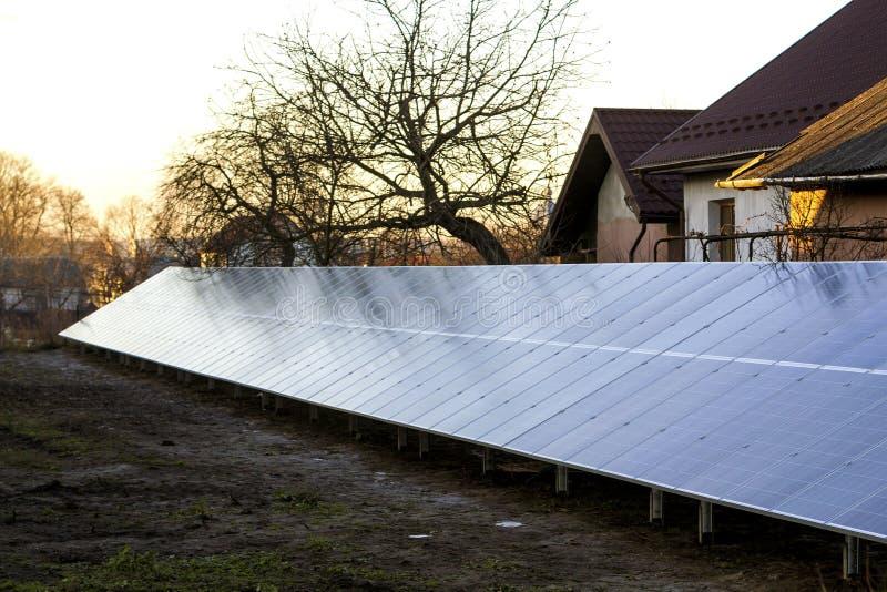 Rad av sol- elektriska paneler för att producera elektricitet arkivbild
