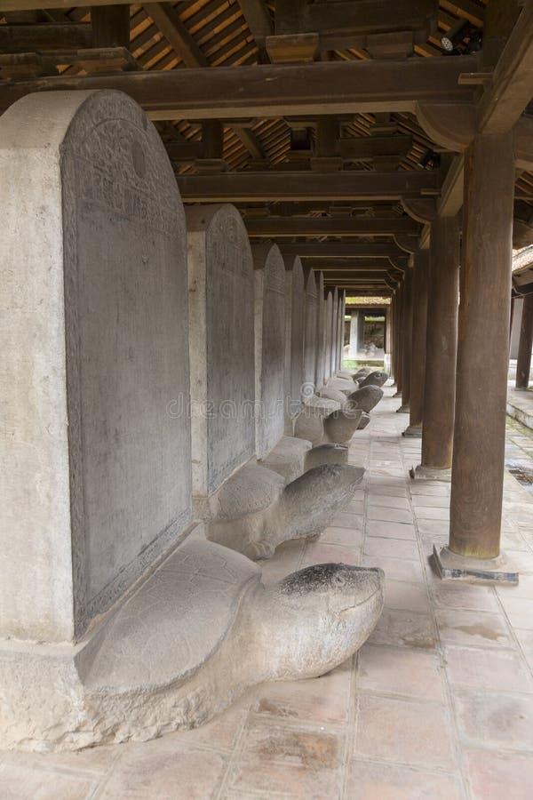 Rad av stenstelae uppe på sköldpaddastatyer, tempel av litteratur, Hanoi, royaltyfri foto