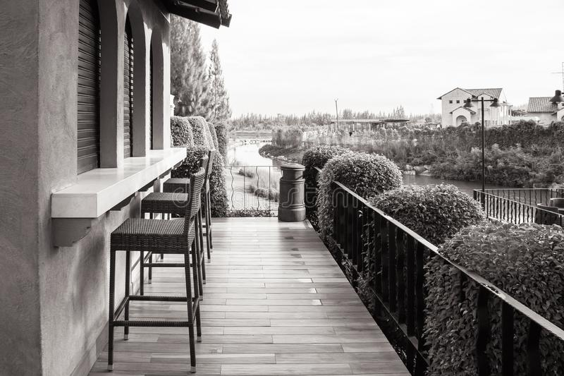 Rad av stolstället på det trärestaurang för terrass förutom eller kaffekafét royaltyfri foto