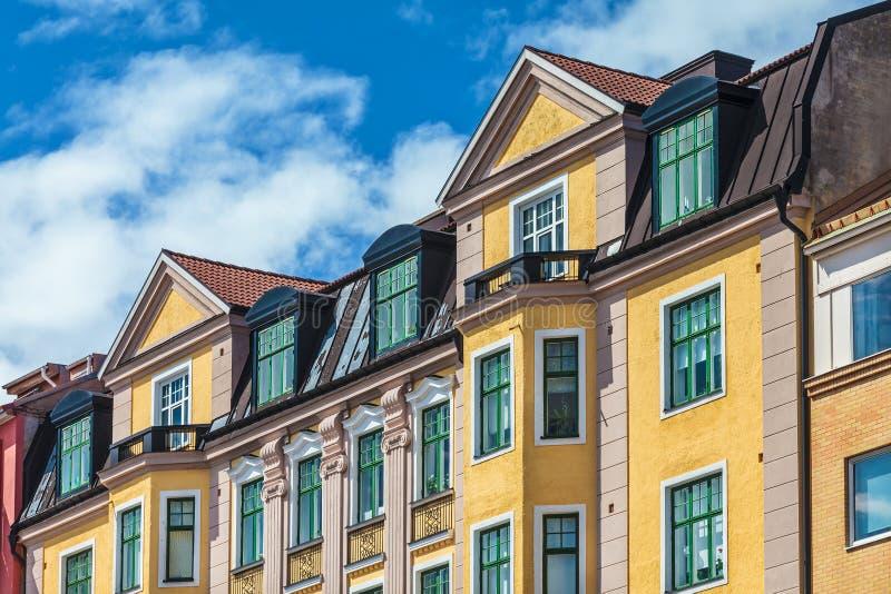 Rad av svenska färgrika hyreshusar i Karlskrona royaltyfria foton