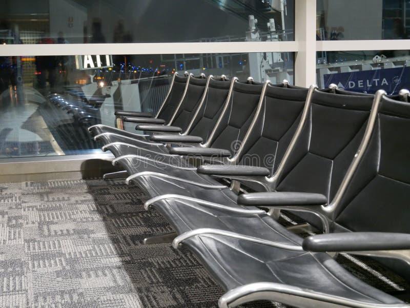Rad av tomma platser i flygplatskorridor royaltyfri fotografi