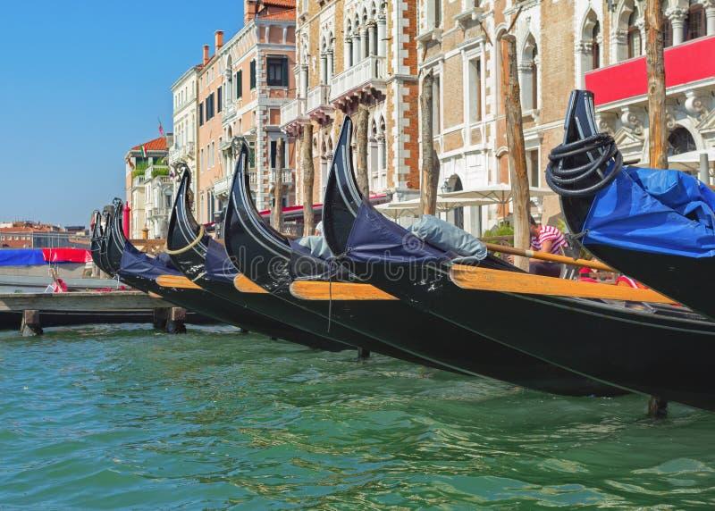 Rad av venetian gondoler arkivfoto