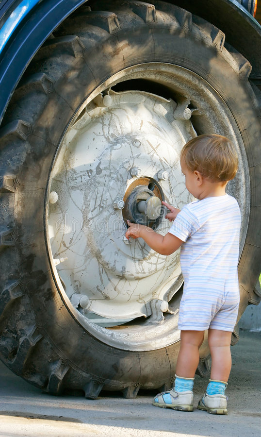 Rad des kleinen Jungen und des LKW lizenzfreies stockfoto