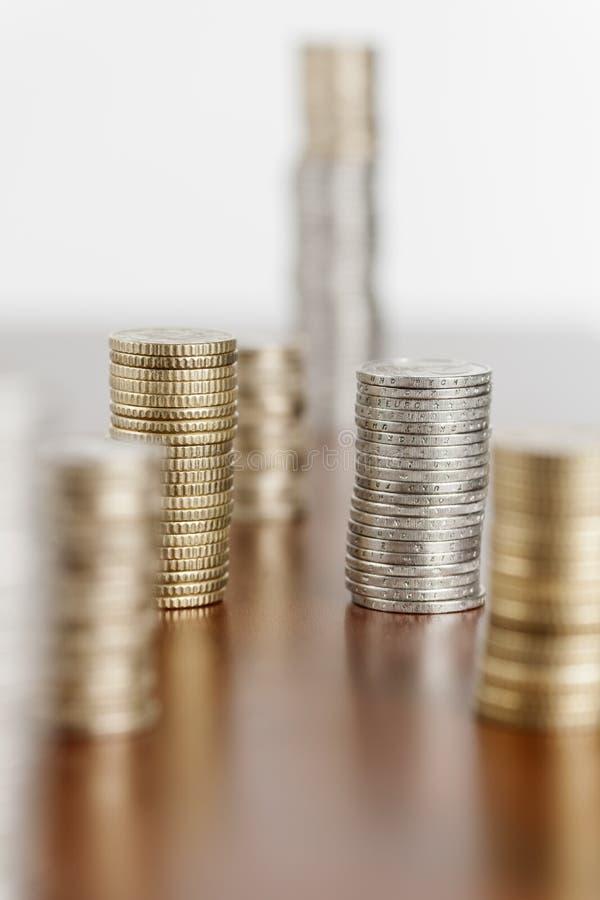 Rad för myntbuntfokus i andra hand arkivbild