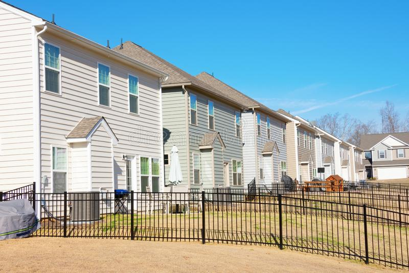 Rad med generiska hus från bakgårdsvy i sydöstra U S på en vacker blå himldag royaltyfria bilder