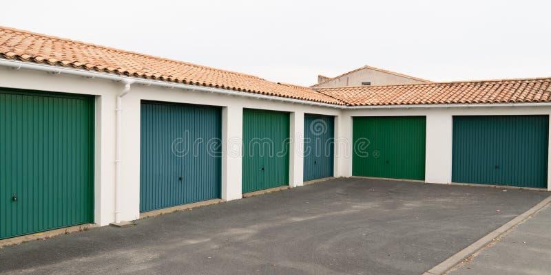 Rad med gröna parkeringsdörrar i parkeringsområdet för lägenhet och hemort royaltyfria foton