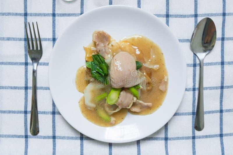 Rad Na, prato largo tailandês famoso do macarronete de arroz do estilo chinês com carne de porco macia saboroso com molho grosso  foto de stock royalty free