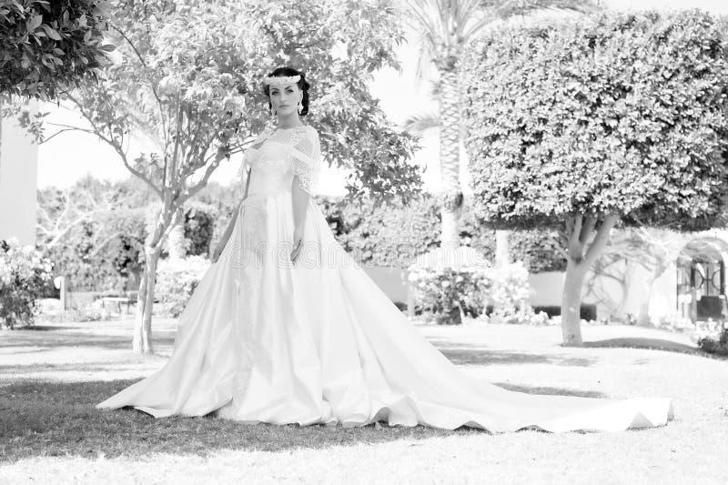 Rada i porady od ślubnych zagranica ekspertów Bajki suknia Rzeczy rozważają dla poślubiać za granicą Panna młoda uroczy biel fotografia stock