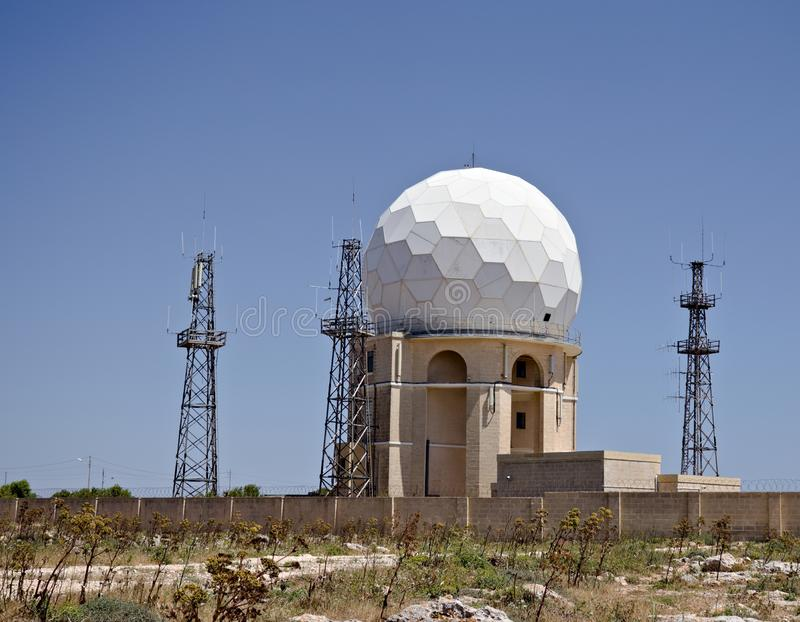 Radar da esfera localizado em Dingli Cliffs Malta imagens de stock royalty free