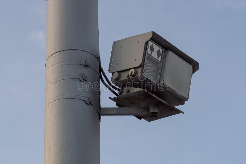 Radar da velocidade da polícia de trânsito em um polo imagens de stock royalty free