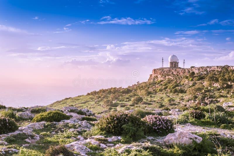 Radar de los acantilados y de la aviación de Dingli en tono púrpura romatic cerca de Dingli, Malta fotos de archivo libres de regalías