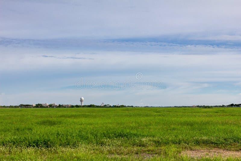 Radar de temps à la station météorologique aéronautique pour l'information pour le trafic aérien avec le champ vert sur le fond d image libre de droits