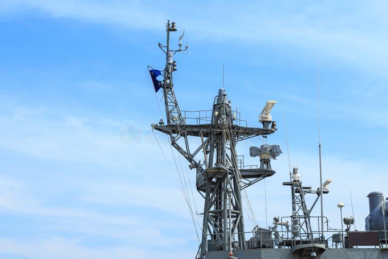 Radar del buque de guerra en el puerto en Tailandia en el cielo azul fotos de archivo