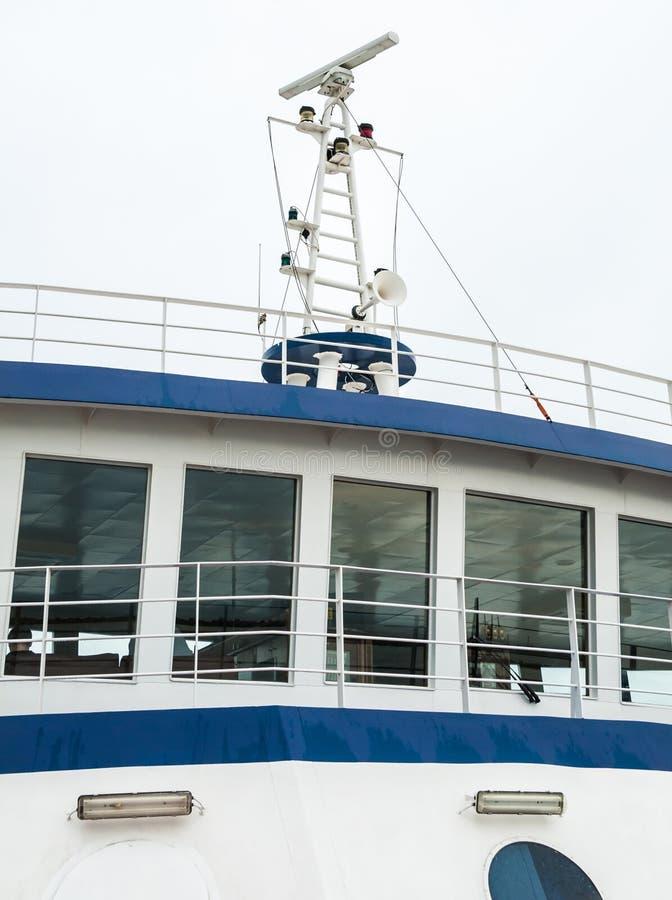 Radar di navigazione sul tetto della cabina lo shi del passeggero fotografia stock