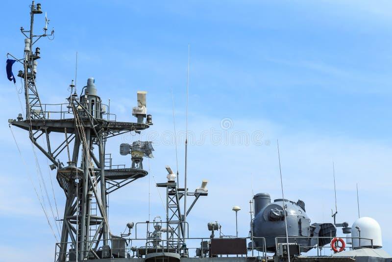 Radar do navio de guerra no porto em Tailândia no céu azul fotografia de stock