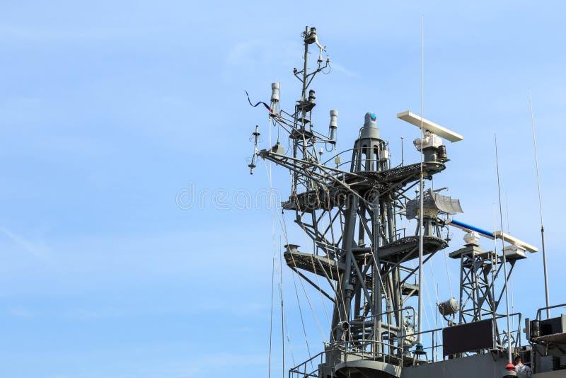 Radar do navio de guerra no porto em Tailândia no céu azul imagem de stock royalty free