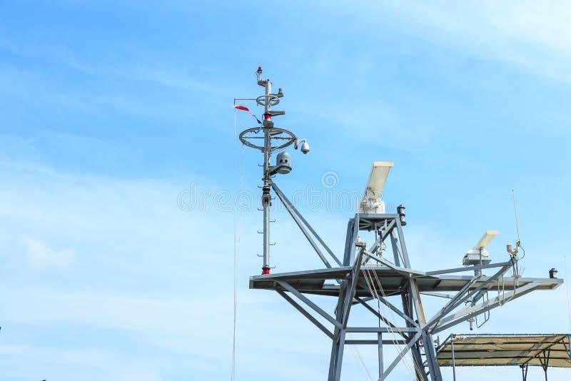 Radar do navio de guerra no porto em Tailândia no céu azul imagem de stock