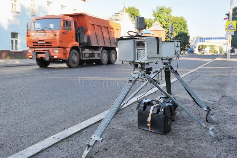 Radar fixo pronto para fixar a velocidade dos motoristas imagem de stock