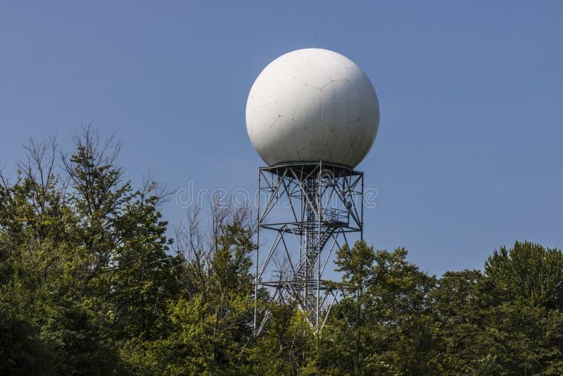 Radar meteorológico de Doppler entre árboles II fotos de archivo