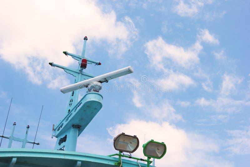 Radar op vissersboot stock afbeelding