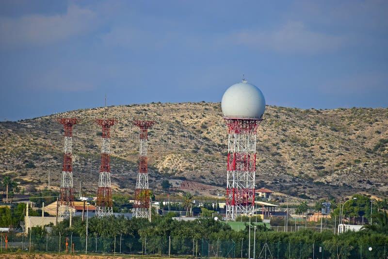 Radarboll och Ariel Towers At An Airport royaltyfri foto