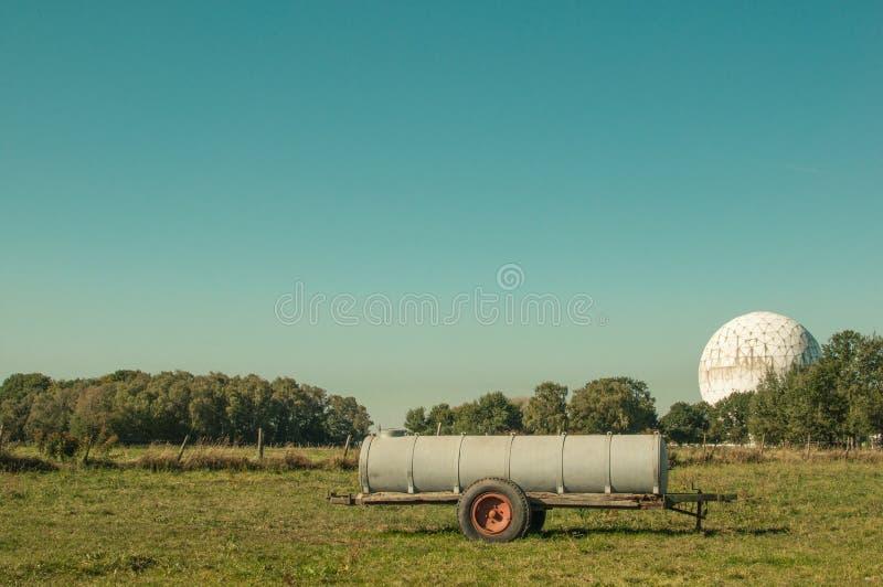Radarkuppel und Watertank lizenzfreie stockbilder