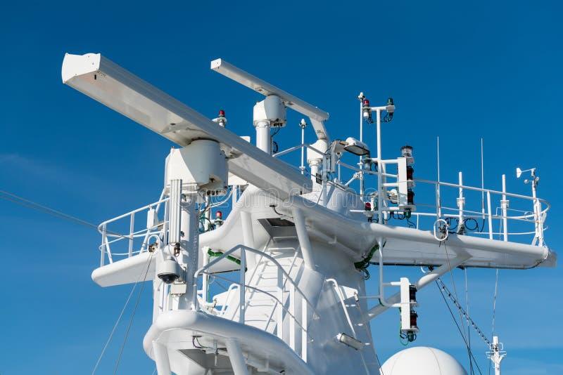 Radarowa antena na maszcie statek wycieczkowy zdjęcia royalty free