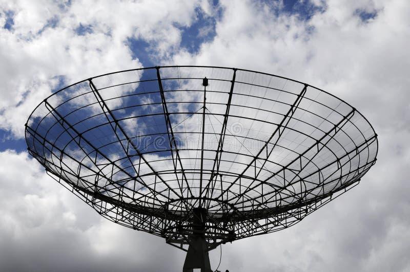 Radarstationsspionen och avkänner skyen royaltyfri bild