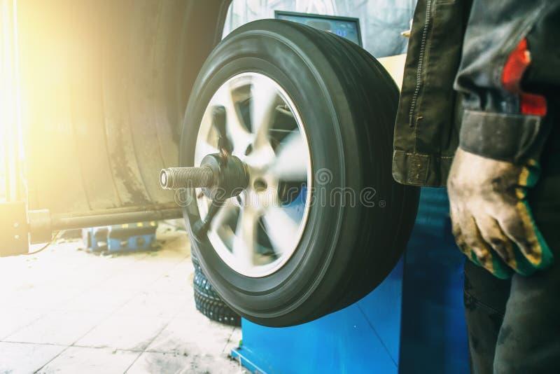 Radauswuchten oder Reparatur- und ÄnderungsAutoreifen an der Selbstservice-Garage oder Werkstatt durch Mechaniker stockbilder