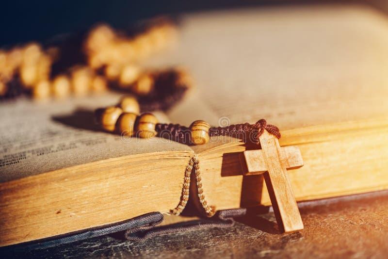 Radband med korset som lägger på en bibelbok fotografering för bildbyråer