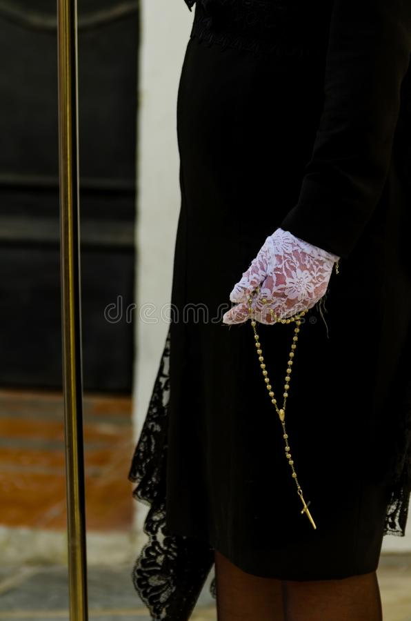 Radbandet rymde vid en kvinna i en svart klänning och vita handskar, symbol royaltyfria foton